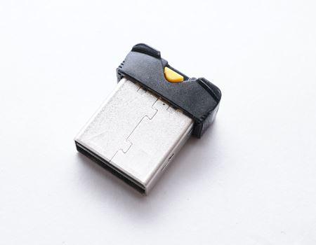 コレがカードリーダー本体となります。USBコネクタの形状をしていますね。見るからに小さいです