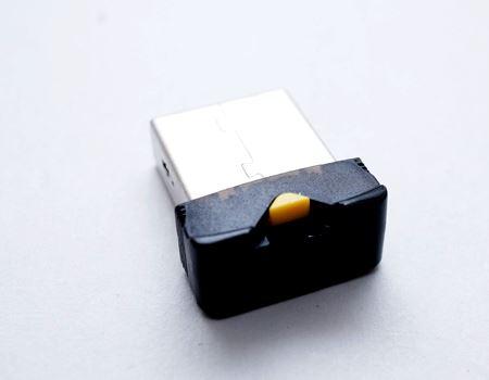 USB端子に差し込んだ際に出っ張る部分です。黄色い出っ張りが見えますが、引っこ抜くものかな? と思い、力まかせに引っ張ってみました…