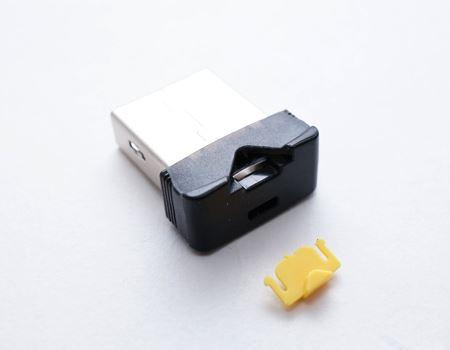 【ご注意】この黄色い出っ張りは引っこ抜いていけません! カードリーダーに挿入したmicroSDカードを押し出すためのレバーだったのです! この画像はダメな例ですね。ガッデム!