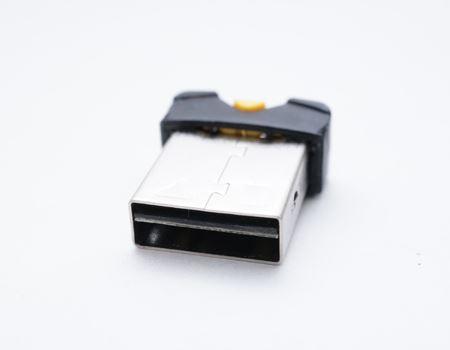 コネクタ部。なんと、この上段の穴にmicroSDカードを挿入する設計になっています。なんというアイデア!