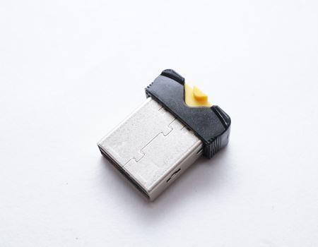 カードがスッポリ収まりました。先ほど引っこ抜いてしまった黄色のレバーが、カードを挿入したことにより、少し後方にズレているのがおわかりいただけますでしょうか?