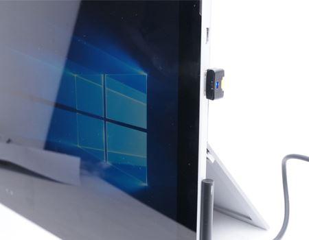 さっそく、Surface Pro 4に装着してみました! ※ただしSurface Pro 4には本体にmicroSDカードスロットが内蔵されています
