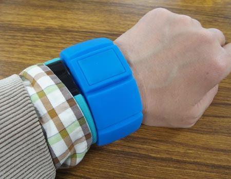 腕に装着してみました。腕時計と比べるとちょっと大きめですが、特にじゃまに感じることはありません