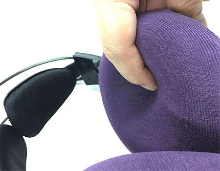 カバーはとてもソフトな肌触り。耳が接してもほどよい感触に包まれました