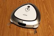 家具のキワまで徹底掃除! マッピング機能とセンサーで掃除時間を半分に短縮したロボット掃除機「ルーロ」
