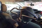 営業マン必携ツール! 上着をシワなく掛けられる「車内用ハンガー」