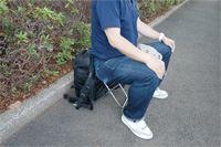 カメラ機材を背負って疲れたら…その場で座れるリュックの出番!