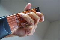 どこでもコードを押さえられる「ギターの先っちょ」で劇的上達!