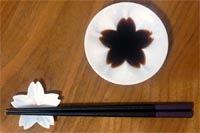 お醤油を注ぐとさくらが開花♪ かわいすぎる小皿にキュン