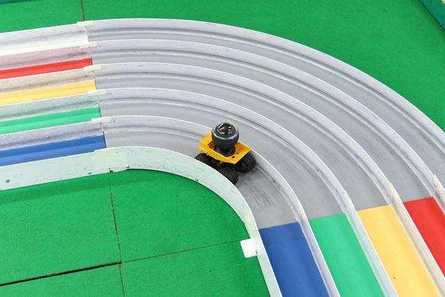 安定の走行を見せた「マンモスダンプ」の勇姿。インコースの急なカーブもへっちゃら!