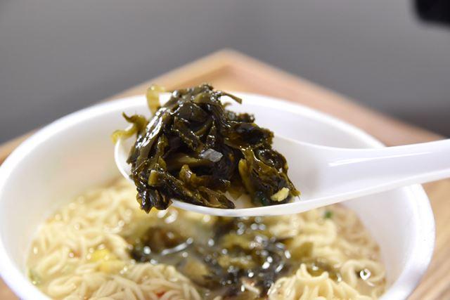 具材の辛子高菜は、九州産100%。後のせタイプでシャキシャキしています