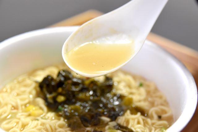とんこつスープは、あっさりとした味わい。飽きずに、何杯でも飲めそうです