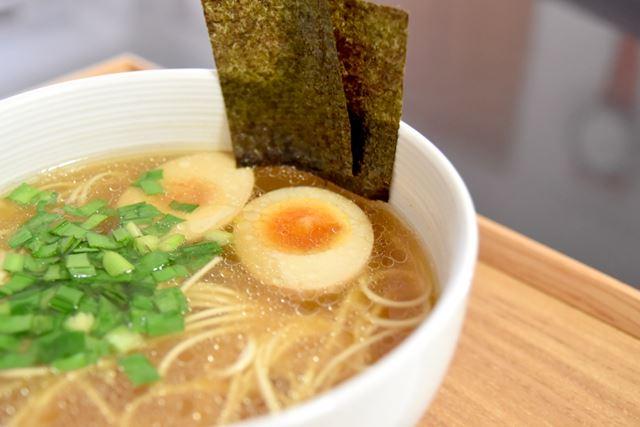 別添のせてみた海苔は、佐賀県産。具材には、煮卵とニラを加えました