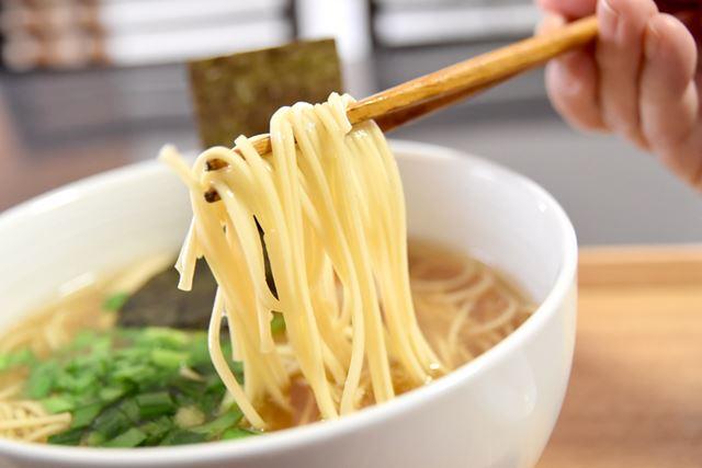 生麺に近い食感のストレート麺が美味しい!