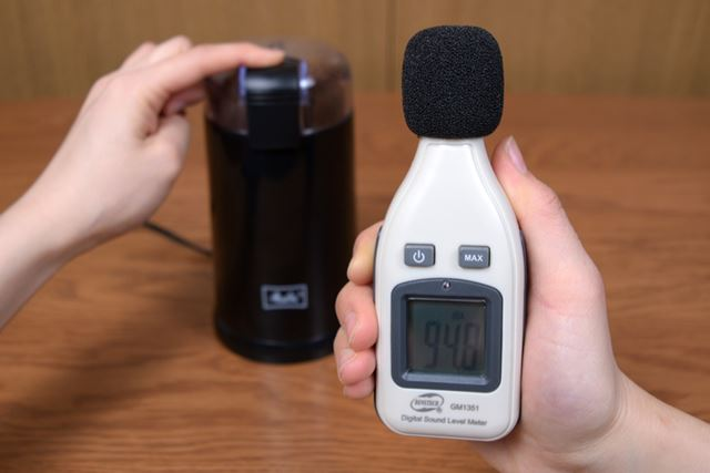 部屋の環境音は40.3dB、本体から20cm離して計測