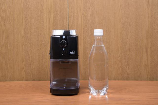 本体サイズは113(幅)×153(奥行)×219(高さ)mm、重量は1.1kg。カラーはブラックのみ
