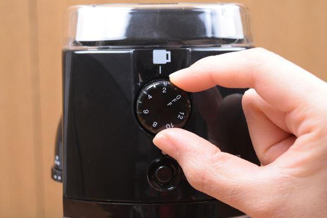 側面のダイヤルで粒度を、前面のダイヤルで挽く量を調節し、前面のスイッチを押せば粉砕が始まる