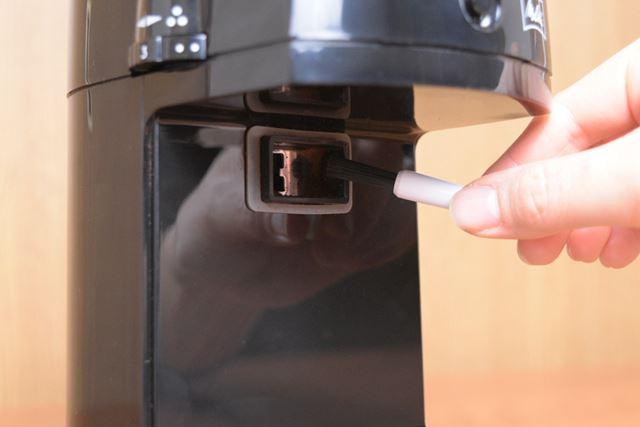 本体中央にあるコーヒー粉噴出口もブラシなどを使って掃除する必要があるなど、メンテナンス性は△