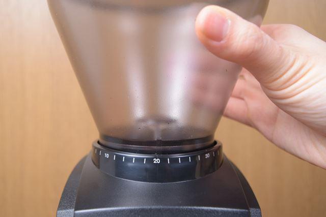ダイヤルの目盛りを見ながらホッパー自体を左右にクルクルと回して、粒度を調節