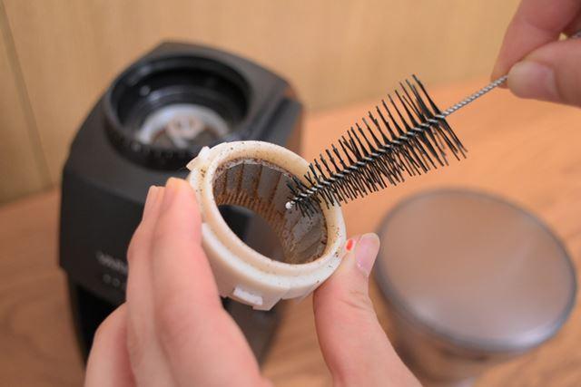 使用後は、付属のブラシを使ってミル刃に付着したコーヒー粉を取り除く