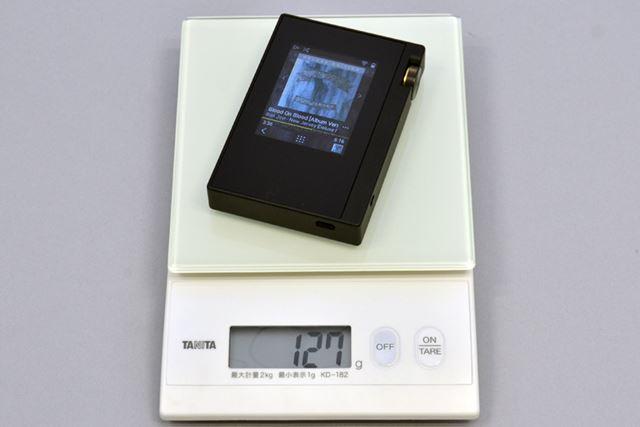 DP-S1の重量を計測。microSDメモリーカードを装着しない状態だと、実測で127gだった