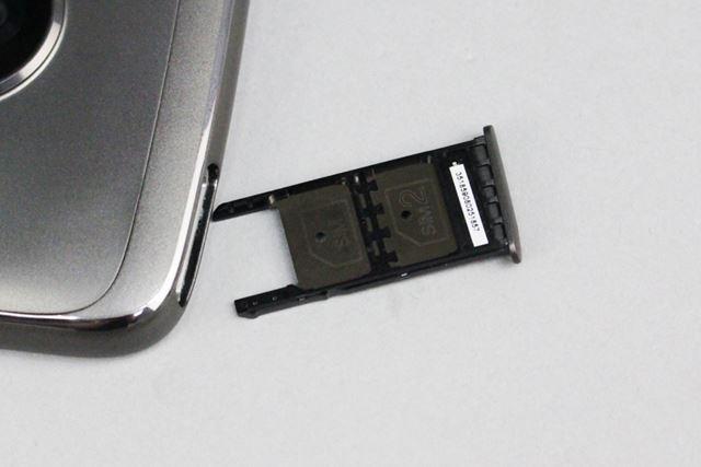 カードスロットにはnanoSIMカード×2とmicroSDカードを同時に挿しこむことが可能で、排他使用にはならない