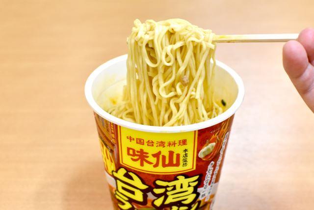 麺はストレートの細麺で、お店の雰囲気にとても近い。油っぽくなく、とても食べやすいのが好印象です