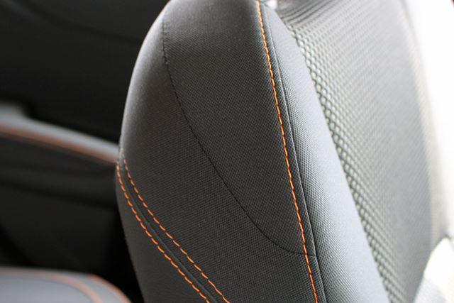 2.0リッターモデルのシートには、オレンジのステッチが入れられている