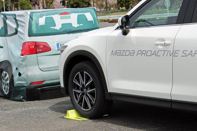 AT誤発進抑制制御が作動すると、前進時では、車留めを乗り越えられない程度のパワーに制限される
