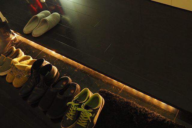 たたきを照らすように照明を使うと、暗いときも靴を照らしてくれて便利です
