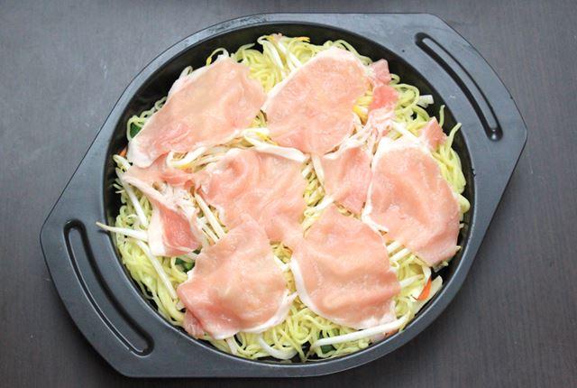 焼きそばは、野菜を下に敷いて、上に麺と肉を乗せたらあとはフタを閉めて加熱するだけ