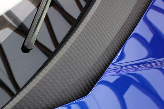 今回のコンセプトカーはカーボンを強調しており、ボディのあちこちにカーボンの網目が見えた