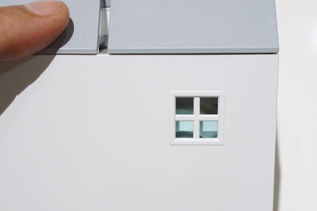 背面には、内部が見える格子窓を設置。覗くとテープの残量がわかります