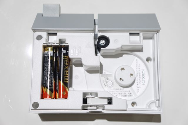 背面のフタを開けるとこんな感じ。電源は単4形アルカリ乾電池4本(別売)