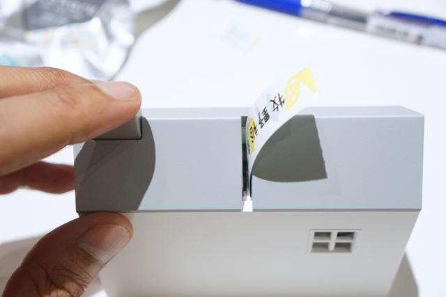 テープが出てきました! 印刷方式は感熱式で、印刷幅は約9mm(180dpi/64dot)です。印刷し終わったら……