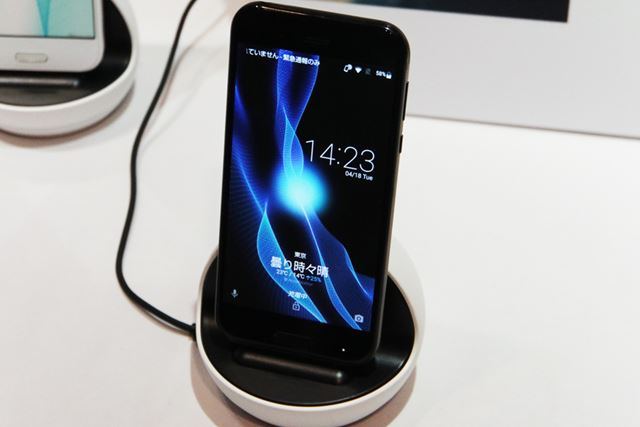 スマートフォンを挿すと、ユーザーの方を向いて天気などさまざまな情報を音声で教えてくれる