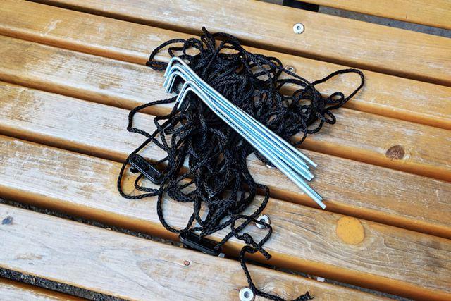付属品のペグとロープ