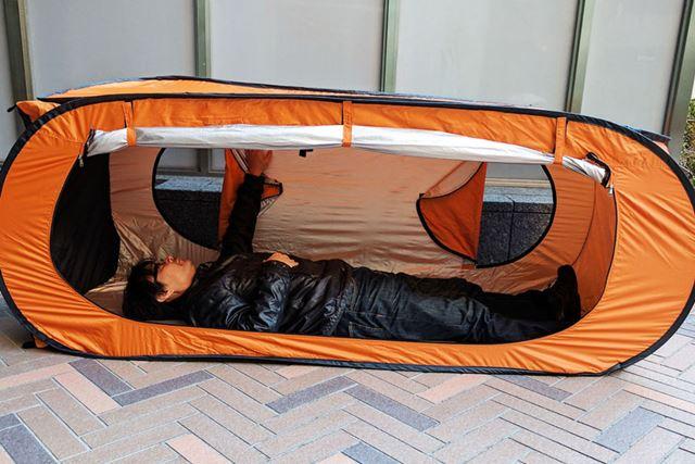 テントを横向きに置けば災害用テントの完成です!