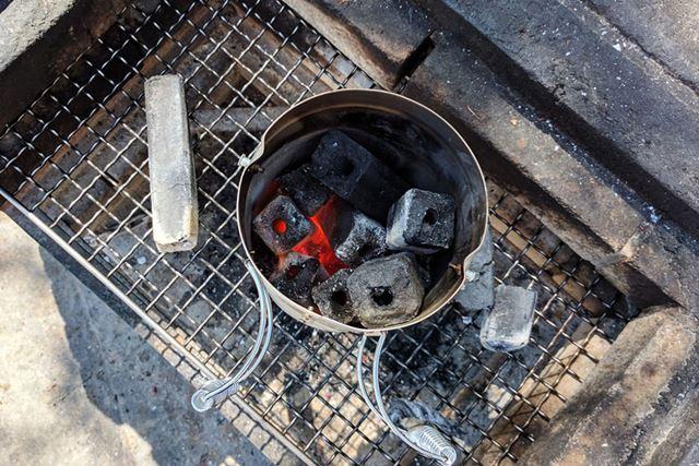 底付近の確認のために上部の炭をどけました