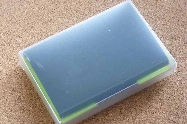 それがこちら、「ハリトレー 名刺ホルダー」。半透明ケースに入って届きました