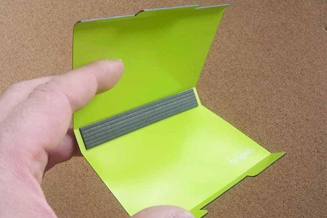 筆者が購入したのは、片手で簡単に開閉が可能なタイプ01です。開くとこんな感じ