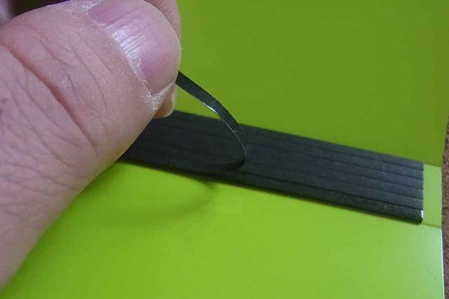 まずはこの粘着テープカバーをはがします。6分割されているので、名刺の枚数に合わせてはがせます