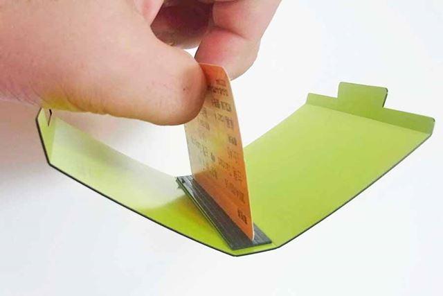 ちなみに、薄っぺらいプラスチックカード1枚だけでもしっかりとくっついてくれました