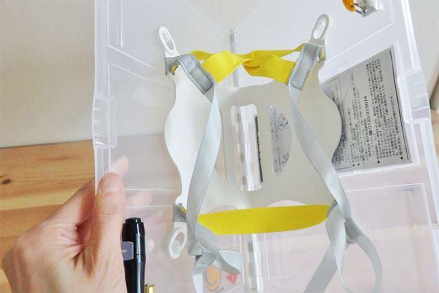 本体の内側には簡易ヘルメットとして頭部にフィットさせるためのクッションやベルトなどが施されています