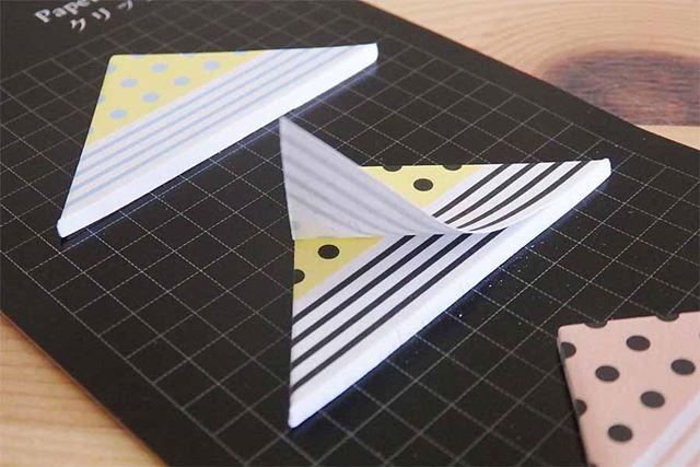 台紙から剥がして使う、三角形の付箋紙
