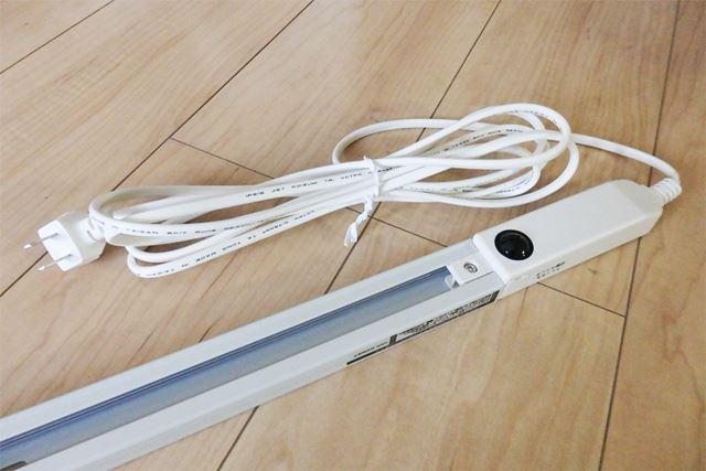 本体の端には電源ケーブルがあり、コンセントにつなげます。ケーブルの長さは3m