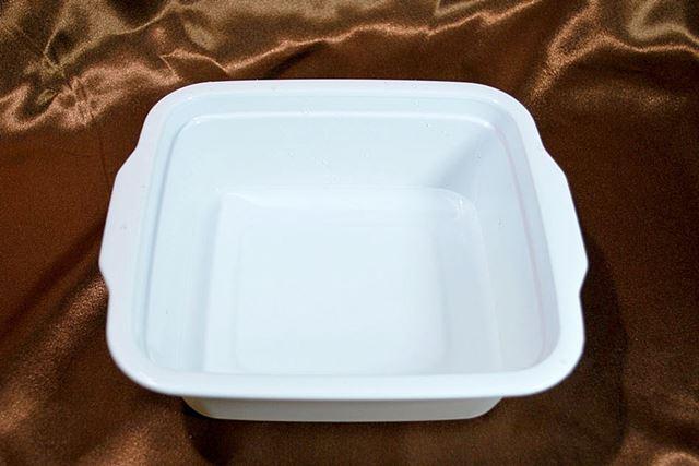 まずは白い容器に水を80mlほど入れます。容器の内側に目盛りがあるので分量も量りやすいです