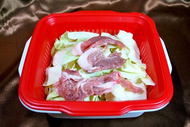 麺の上に野菜や肉をのせます