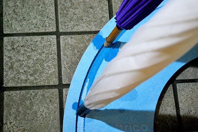 傘立てのミゾのおかげで、傘も立てやすく水も外にこぼれにくい作りになっています