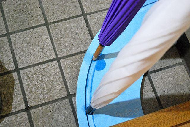 上の写真から1分たらずで、傘立てが水をこんなに吸ってくれました